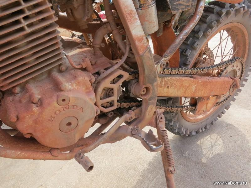 И только красная пыль на колесах твоего мотоцикла...