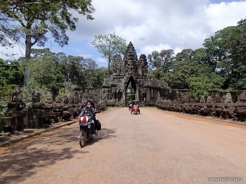 Одни из ворот Ангкора