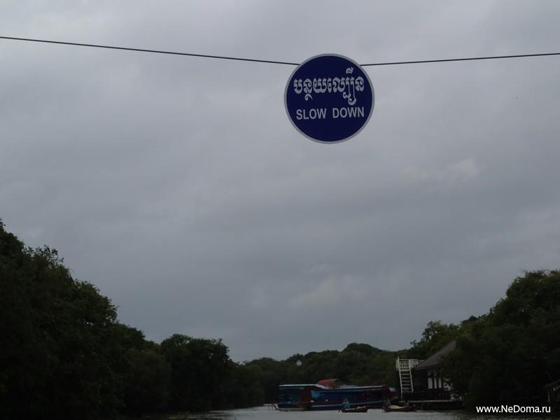 Дорожные знаки над рекой