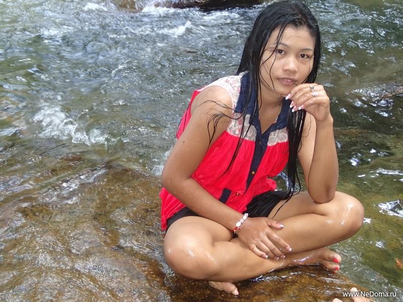 По буддистским обычаям купаться надо в одежде