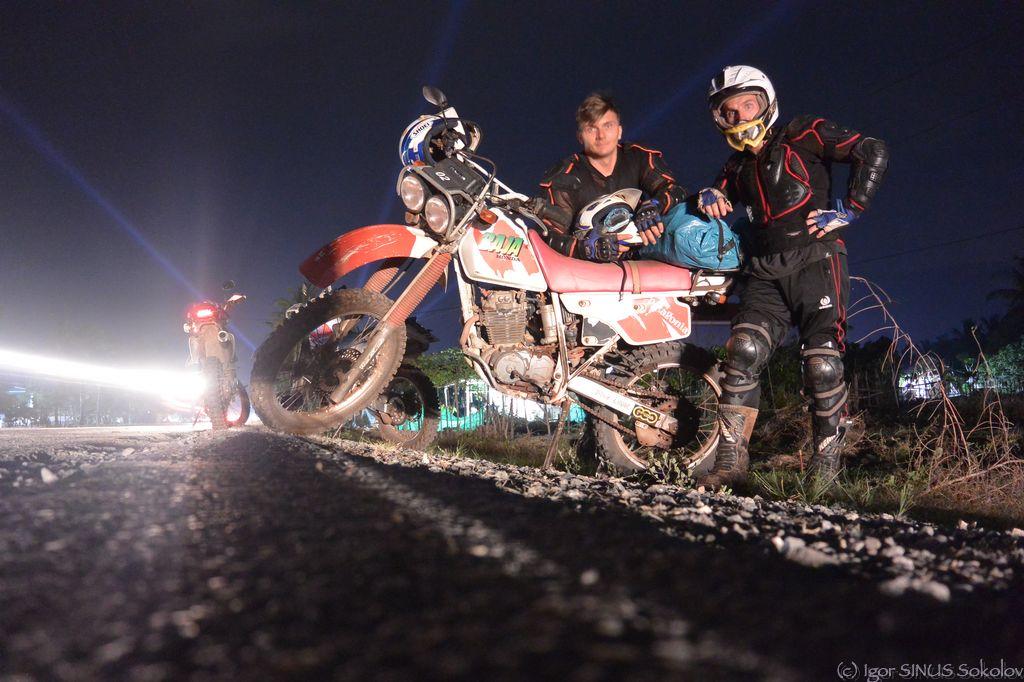 На ночной дороге в Камбодже