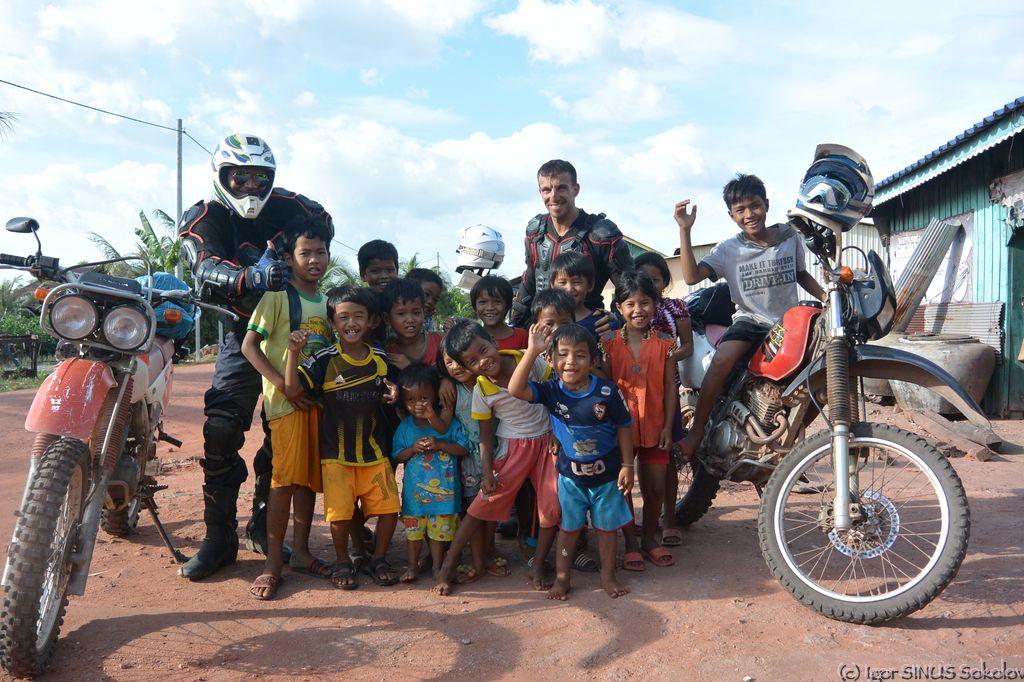 дети Синуса в кхмерской деревеньке
