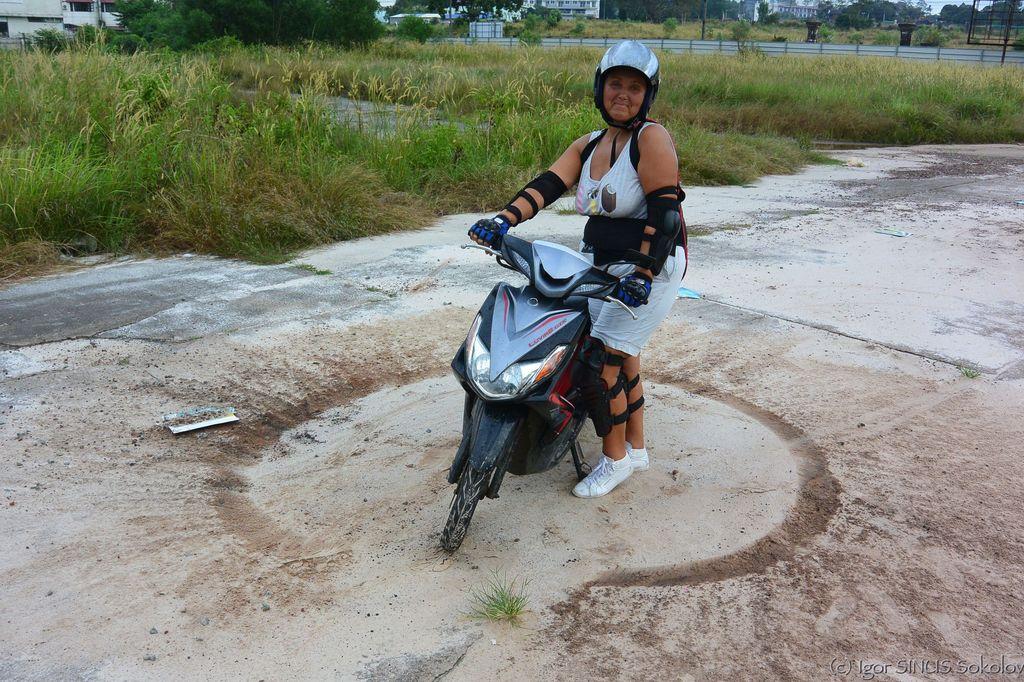 мотоциклом можно рисовать круги на дороге!